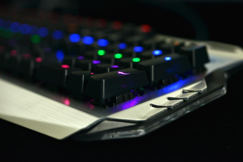 夜半挑灯LOL队友都跪了 宜博机械键盘亮骚图