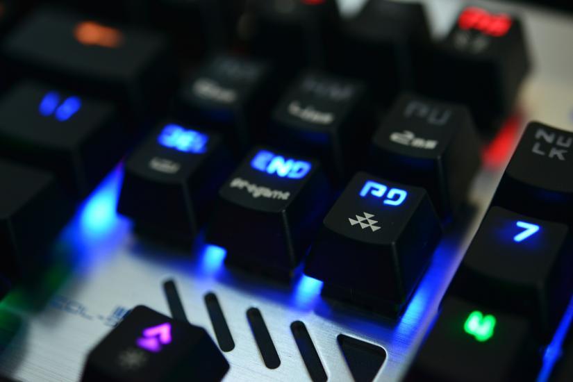 夜半挑灯LOL队友跪了 宜博机械键盘亮骚图