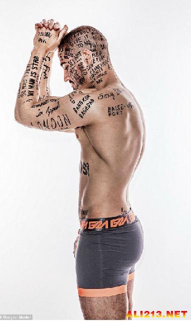 特殊纹身表明决心 国外小伙立志成为世界上最有名男人