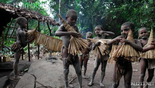 """七、没有文字的民族   扎伊尔奎卢地区的土着人安布恩族,至今没有文字,也没有向其他族群学习,也没有欲望与其他族群沟通,维持生存的那一点点技能都靠上一代传给下一代。   八、全世界最矮的民族   在孟加拉西部丹仓山生活着被世界公认为""""小人族""""的一个民族。这个民族的成年人身高不足一米,比扎伊尔赤道森林中的俾格米人还矮一些。"""