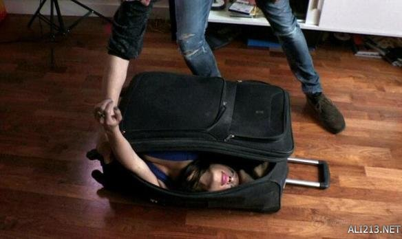 franco将自己装进手提行李箱