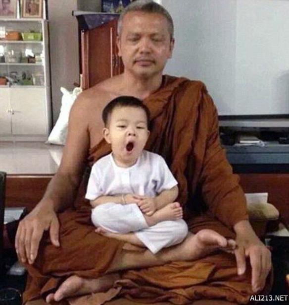 呆萌可爱!泰国两岁小沙弥打坐冥想图网络走红