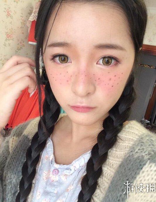 二次元美少女徐娇cos西洋少女:梳麻花辫 挑战雀斑妆