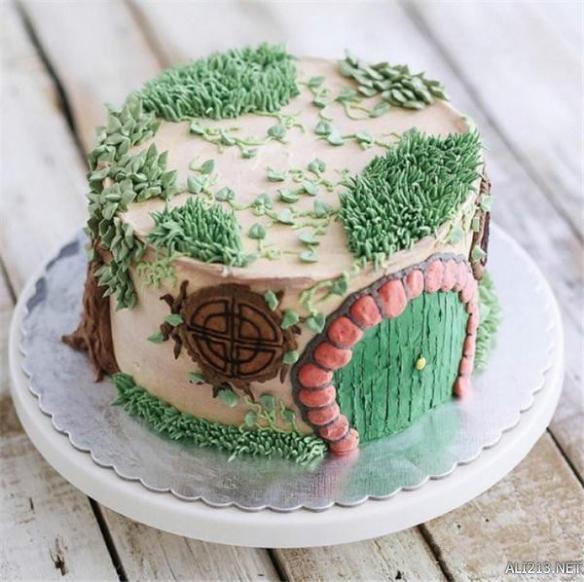 最近Instagram上一位蛋糕师火了,做出的蛋糕精致美观,让人舍不得吃,网友直呼好想生日有一个这样的蛋糕,这个配色太暖了。这位蛋糕师来自印尼,叫Ivenoven,蛋糕做得这么美,人也一定很好看吧。想做这么好看的蛋糕不仅需要细心,还要有发现美的眼睛。