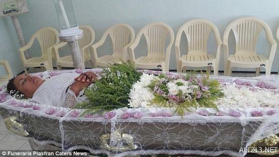 为圆儿时奇葩梦想 巴西妇女竟然为自己举行了葬礼!