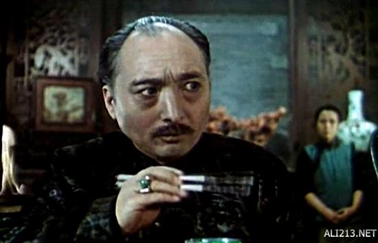 """且尤以《红旗谱》中的地主恶霸冯兰池,《矿灯》中的日本经理""""岛田"""""""