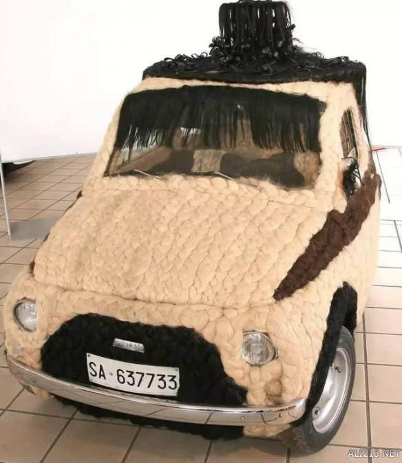 惊呆!意大利艺术家用真人头发装饰汽车 获吉尼斯纪录