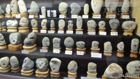 """日本某博物收藏似人臉石頭 竟然和""""貓王""""撞臉了!"""