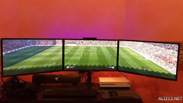 国外玩家用三屏玩《FIFA17》 如同