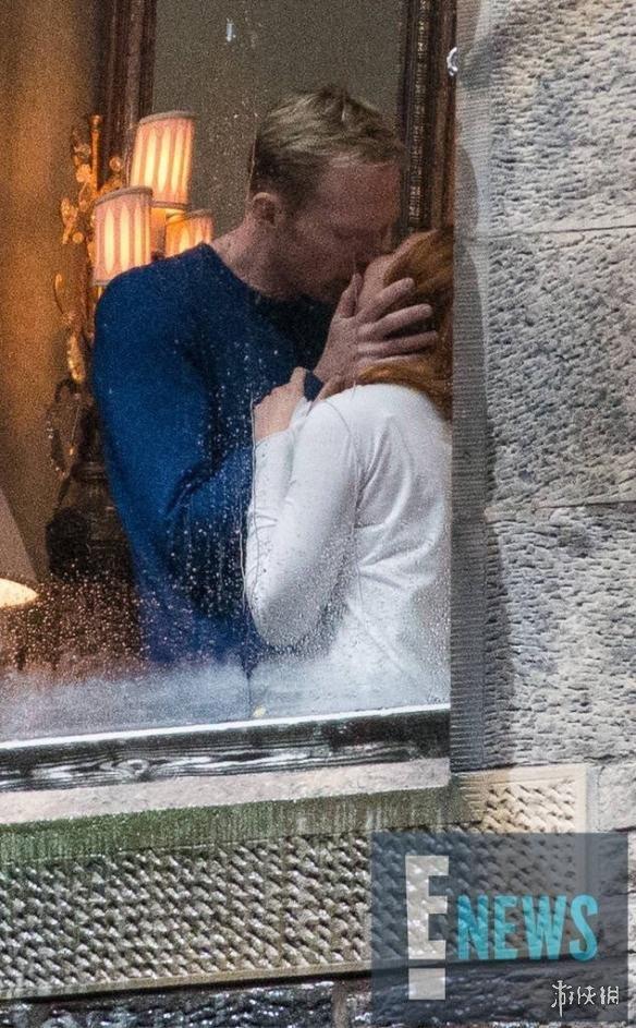 《复仇者联盟3:无限战争》新片场照 幻视红女巫激吻爱意爆发!