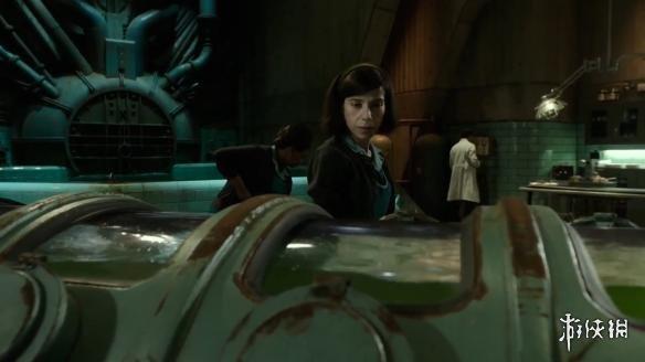 影片故事设定在1963年,女主角是在一个实验室沉默寡言的清洁工艾丽莎(Elisa),她爱上了实验室捕获的一个水陆两栖人,之后她在自己的邻居的协助下,帮这个两栖人出逃。然而外面的世界比实验室里更加凶险……目前根据福克斯探照灯公司官方信息,吉尔莫·德尔·托罗这部冷战奇幻新片是由他自编自导的,影片以真实的冷战世界为背景,掺杂着魔幻与神秘元素,核心是一个超脱尘世的爱情故事。演员方面,女主角已敲定英国女星莎莉·霍金斯,另有女星奥克塔维亚&m