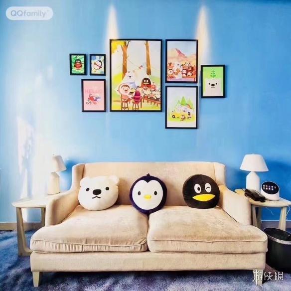 房间整体使用了蓝色调的设计,沙发上的qqfamily十分呆萌可爱.