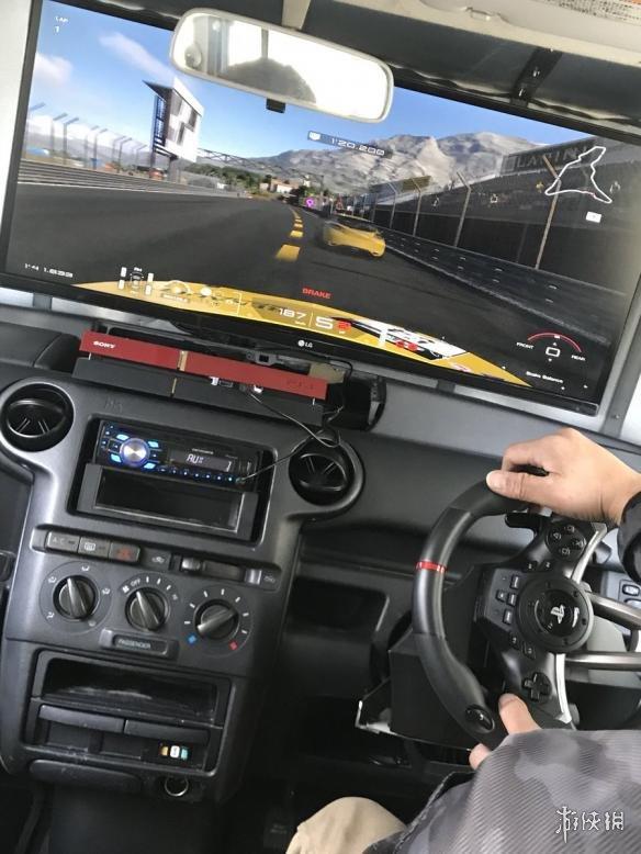 面包秒变法拉利!经过此番改造后,玩游戏时自己的小车瞬间秒变超跑有木有!该魔改玩家还表示,拆除前方的大屏幕后,仍然是一辆合格的正常行驶的汽车。网友纷纷表示这个可以有,不过在某些严禁改装车法律限制的玩家只能看看而已了。