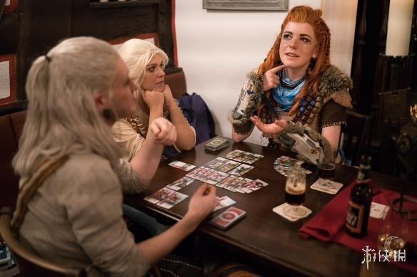 杰洛特与《地平线:黎明时分》女主同台玩《昆特牌》