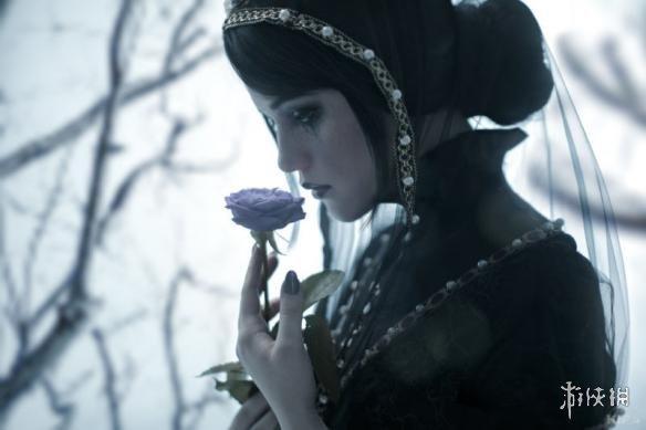 国外美女Cos《巫师3》爱丽丝 妹子一脸悲伤惹人怜爱