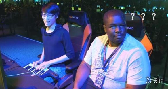 对手用乐团键盘打游戏比赛 黑人小哥发现后表情亮了