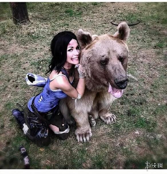当然,这只熊也不是随便找来的野熊,而是一头叫作Stepan的、常常出现在国外媒体上的熊。它已经被完全驯化,拥有两名人类家长,曾多次出席婚礼等场所与人类合影。它是一只非常和蔼可爱的熊,当Irina扮演劳拉逃离狗熊的时候,它还感到奇怪:怎么这次来合影的人不和我亲亲抱抱,反而要挣扎着爬走呢?而Irina做出的种种痛苦的表情其实也都是她表演出来的。