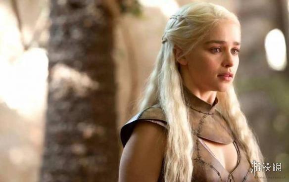 """据外媒报道,HBO大热史诗剧集《权力的游戏》即将完结,而参演这部美剧的演员们,也在寻找各种方式来纪念该剧的完结。近日""""龙妈""""丹妮莉丝·坦格利安的饰演者,好莱坞女星艾米利亚·克拉克就在网上晒出了自己的纪念方式:一个新的纹身。"""