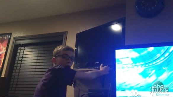 孩子玩《堡垒之夜》时被突然关掉电视 反应