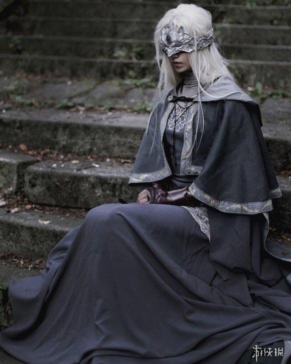 国外小姐姐COS《黑魂3》防火女 气质高冷发