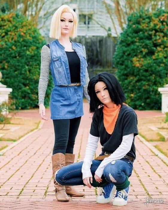 国外美女双胞胎姐妹性感Cos赏 完美身材驾驭各种类型角色