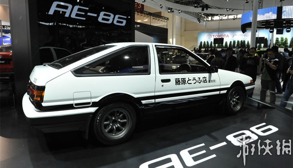 ae86 是丰田车里一个叫花冠的小型车系中的一款,ae86不是名字,只是