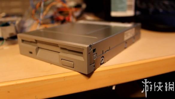 波兰PawełZadrożniak用64个软驱、8块硬盘、2台扫描仪演奏《星球大战》主题曲