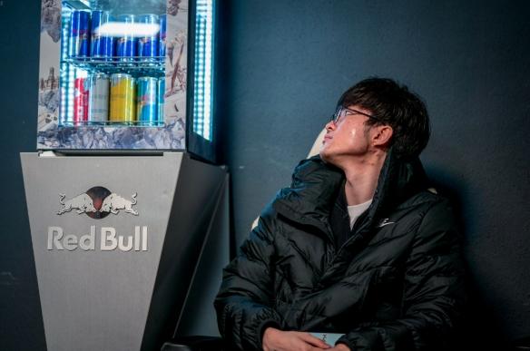 韩国网友看SKT止步四强:Faker脑子不清楚了入伍吧!