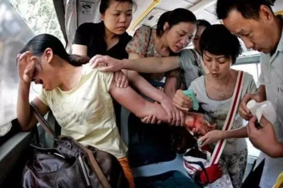 有人奢侈享受有人饿死!13张触动人心的感人照片!