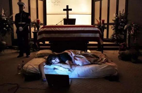 牺牲士兵的妻子睡在丈夫棺木前!12张感动我们的照片