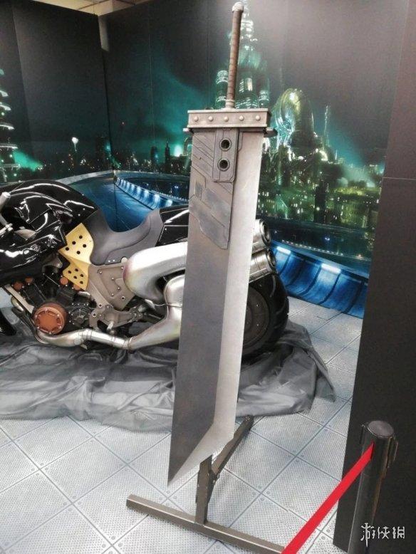 超级小花_《最终幻想7:重制版》克劳德机车及大剑模型展示