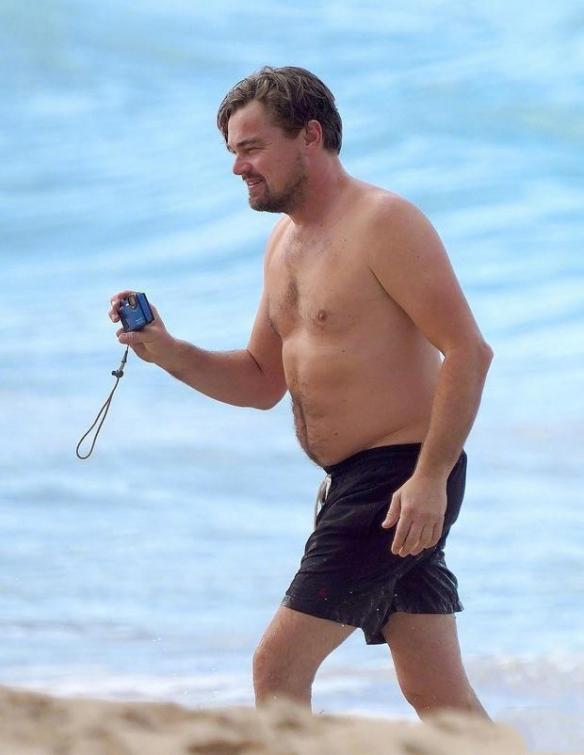 小李子与女友海边度假: 视颜值为粪土!胖出新高度