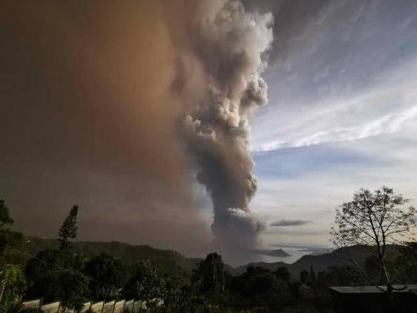 菲律宾火山震撼爆发 当地新婚夫妇一脸淡定完成婚礼
