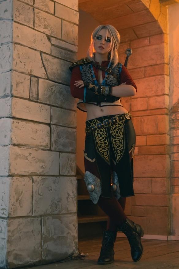 百变风格!俄妹COS《巫师3》希里:白皙诱人大长腿!