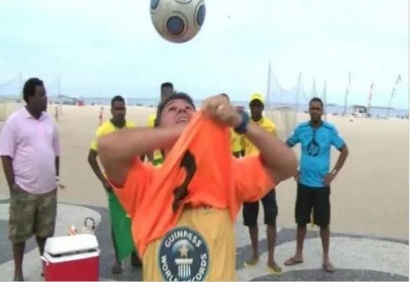 美女竟用背和屁股挤气球!28个奇葩的吉尼斯世界纪录