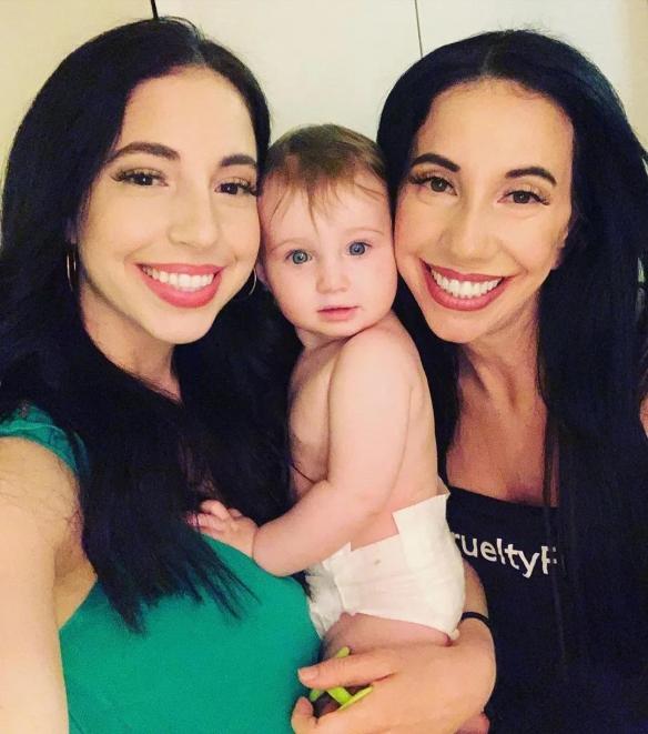 母女相差30岁却像双胞胎,相似的连老公都差点认错!
