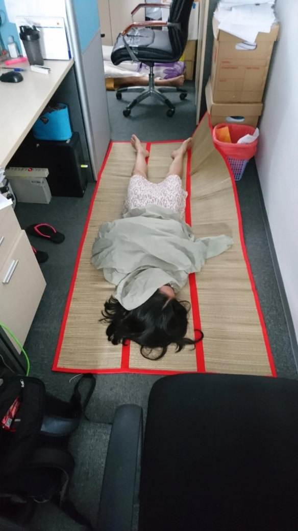 越南人午睡太狂野吓呆岛国老板 一到中午就变停尸间?