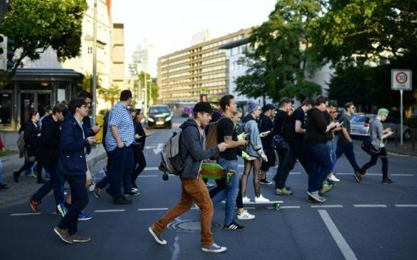 """天津处罚过马路""""低头族"""" 单次50元罚款或接受警告"""