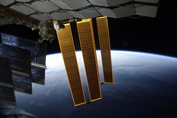 俄宇航员太空拍下北极光 银河系似正漂浮在地平线上