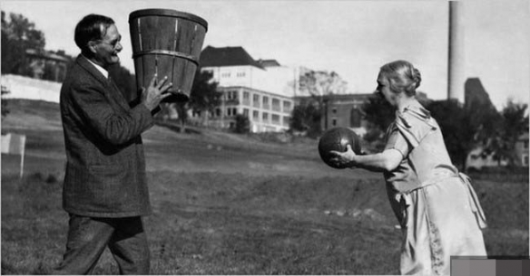 1929年狂野少女们身穿奇葩木制泳衣!罕见的历史照片