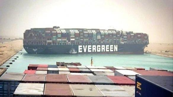 """外媒:苏伊士运河货轮搁浅系""""长赐号""""船长错误操作"""