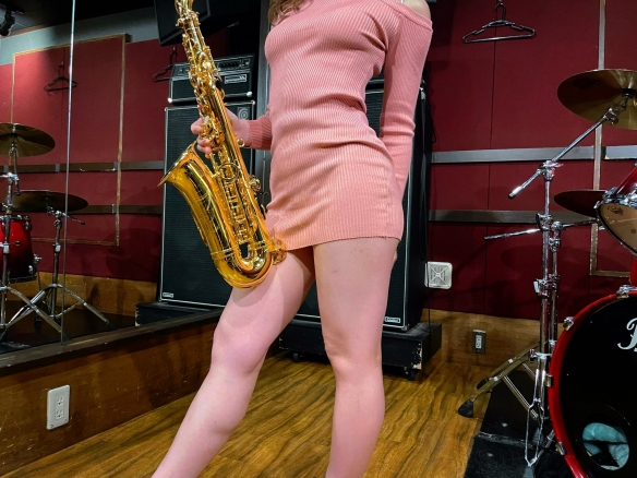 日本女孩吹萨克斯:众人目光一直向下飘移,心随裙动!