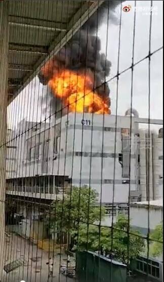深圳观澜富士康突发大火 现场浓烟弥漫,火光冲天!