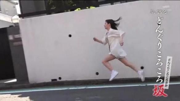 """连播15年!日本奇葩节目""""全力坂"""":每天看美女爬坡!"""