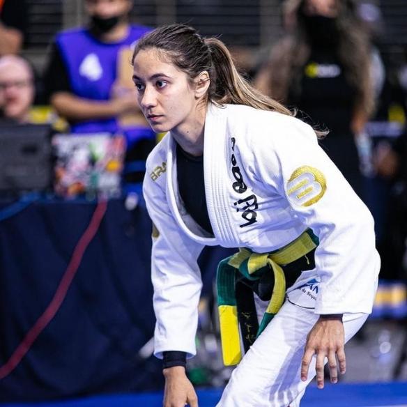太汹涌了!巴西柔术Mayssa Bastos惊见衣下丰满上围!