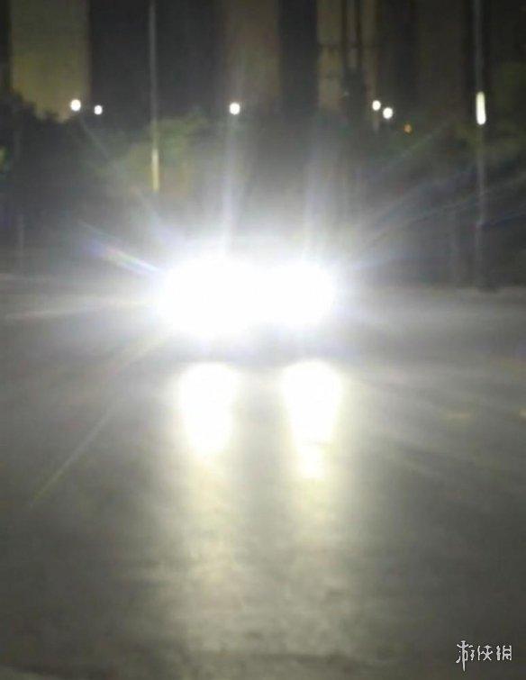 还敢吗!男子开车滥用远光灯被交警逮住 罚盯灯1分钟!