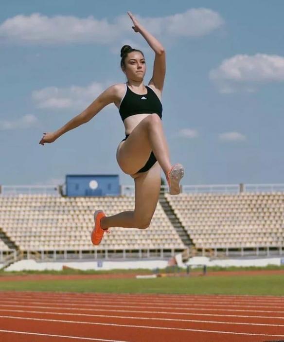 回眸一笑电力十足!乌克兰跳远正妹:运动场的蜜桃翘臀