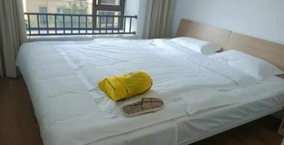 全运村为姚明提供拼床和手工拖鞋 感受2米26的身高