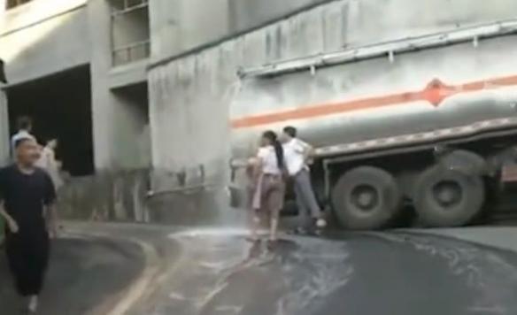 茅台镇一酒罐车发生泄露 20吨白酒流向街道满街飘香