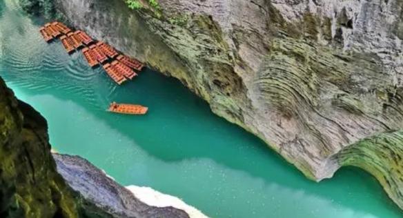 湖北一峡谷上千游客滞留等船出山 景区建议错峰出行